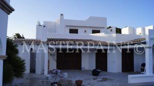 Fassade alte Anstriche entfernt und mit CASUBLANCA Fassadenfarbe weiß gestrichen
